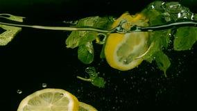 Πτώση φρούτων στο νερό, σε αργή κίνηση φιλμ μικρού μήκους