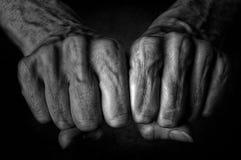 Πυγμές γυναικών ` s στο σκοτεινό υπόβαθρο Στοκ φωτογραφίες με δικαίωμα ελεύθερης χρήσης