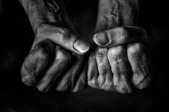 Πυγμές γυναικών ` s στο σκοτεινό υπόβαθρο Στοκ εικόνες με δικαίωμα ελεύθερης χρήσης