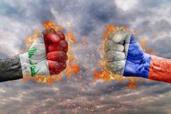 Πυγμή δύο με τη σημαία της Ρωσίας και του Ιράκ που απασχολούνται ο ένας στον άλλο Στοκ εικόνα με δικαίωμα ελεύθερης χρήσης