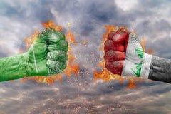 Πυγμή δύο με τη σημαία της Σαουδικής Αραβίας και του Ιράκ που απασχολούνται ο ένας στον άλλο Στοκ Εικόνες