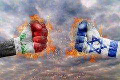 Πυγμή δύο με τη σημαία του Ιράκ και του Ισραήλ που απασχολούνται ο ένας στον άλλο Στοκ Εικόνες