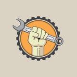 Πυγμή με το γαλλικό κλειδί στο υπόβαθρο εργαλείων ελεύθερη απεικόνιση δικαιώματος