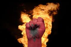 Πυγμή πυρκαγιάς με τη εθνική σημαία της Αλβανίας Στοκ εικόνες με δικαίωμα ελεύθερης χρήσης