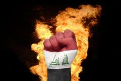 Πυγμή πυρκαγιάς με τη εθνική σημαία του Ιράκ Στοκ Εικόνες