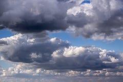 Πυκνά σύννεφα και φως ενάντια στο μπλε ουρανό Στοκ Εικόνες