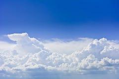 Πυκνά σύννεφα ομάδας πριν από τη θύελλα ενάντια σε έναν μπλε ουρανό Στοκ φωτογραφίες με δικαίωμα ελεύθερης χρήσης