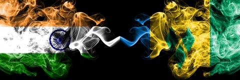 Ινδία εναντίον των σημαιών καπνού του Άγιου Βικεντίου και Γρεναδίνες που τοποθετούνται δίπλα-δίπλα Πυκνά χρωματισμένες μεταξωτές  απεικόνιση αποθεμάτων