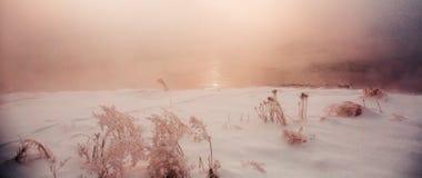 Πυκνός ποταμός Σονγκούα πάχνης ομίχλης σκηνής χιονιού στοκ φωτογραφία