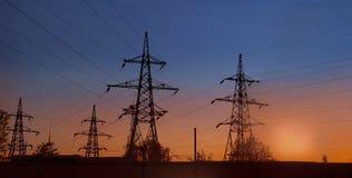 Πυλώνας και γραμμές ηλεκτρικής ενέργειας στο suncet το βράδυ στοκ φωτογραφία με δικαίωμα ελεύθερης χρήσης
