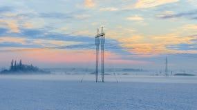 Πυλώνας στο χειμερινό χιονώδες τοπίο στοκ εικόνα
