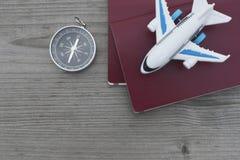 Πυξίδα διαβατηρίων και αεροπλάνο παιχνιδιών στοκ φωτογραφίες με δικαίωμα ελεύθερης χρήσης