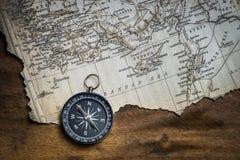 Πυξίδα και εκλεκτής ποιότητας χάρτης Στοκ φωτογραφία με δικαίωμα ελεύθερης χρήσης