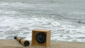 Πυξίδα και τηλεσκόπιο τηλεσκοπίων στην άμμο Βυθισμένη φορτηγίδα, στυλίσκος και bitt φιλμ μικρού μήκους