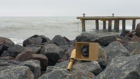 Πυξίδα και τηλεσκόπιο τηλεσκοπίων στους βράχους γρανίτη Αποβάθρα Metall, στυλίσκος και bitt απόθεμα βίντεο