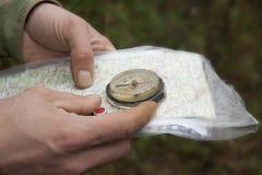 Πυξίδα και χάρτης διαθέσιμοι closeup στοκ εικόνα με δικαίωμα ελεύθερης χρήσης