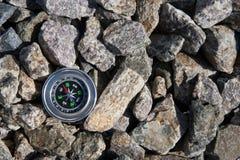 Πυξίδα Analogic που εγκαταλείπεται στην πέτρα στοκ φωτογραφία