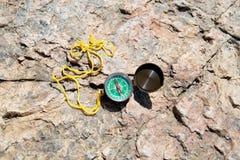 Πυξίδα Analogic που εγκαταλείπεται στους βράχους στοκ φωτογραφία με δικαίωμα ελεύθερης χρήσης