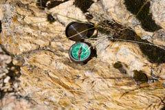 Πυξίδα Analogic που εγκαταλείπεται στους βράχους στοκ φωτογραφίες