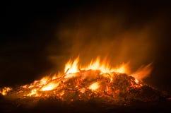 Πυράκτωση φωτιών στη νύχτα Στοκ Εικόνες