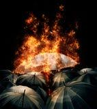 Πυράκτωση φω'των ομπρελών καψίματος που ξεχωρίζει από το πλήθος του σκοταδιού Στοκ Εικόνες