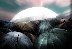 πυράκτωση φω'των ομπρελών που ξεχωρίζει από το πλήθος της σκοτεινής ομπρέλας Στοκ εικόνες με δικαίωμα ελεύθερης χρήσης