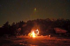 Πυρά προσκόπων κάτω από τα αστέρια Στοκ εικόνα με δικαίωμα ελεύθερης χρήσης