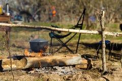 Πυρά προσκόπων με ένα μαγειρεύοντας δοχείο Στοκ Φωτογραφία