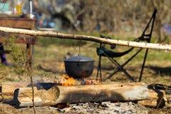 Πυρά προσκόπων με ένα μαγειρεύοντας δοχείο Στοκ φωτογραφία με δικαίωμα ελεύθερης χρήσης