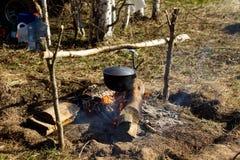 Πυρά προσκόπων με ένα μαγειρεύοντας δοχείο Στοκ Φωτογραφίες
