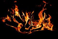 πυρά προσκόπων με τις γλώσσες φλογών που καίνε τη νύχτα στο μαύρο υπόβαθρο Στοκ εικόνα με δικαίωμα ελεύθερης χρήσης