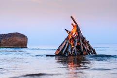 Πυρά προσκόπων στην επιφάνεια θάλασσας Στοκ φωτογραφία με δικαίωμα ελεύθερης χρήσης