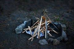 Πυρά προσκόπων στο δάσος το καλοκαίρι Στοκ Φωτογραφίες
