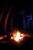 Πυρά προσκόπων στο σκοτεινό δάσος Στοκ εικόνες με δικαίωμα ελεύθερης χρήσης