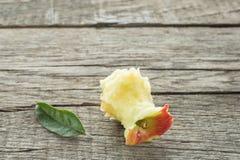 Πυρήνας μήλων Braeburn με το πράσινο φύλλο Στοκ εικόνα με δικαίωμα ελεύθερης χρήσης