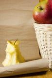 Πυρήνας της Apple και ένα καλάθι με τα μήλα Στοκ Εικόνες