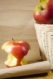 Πυρήνας της Apple και ένα καλάθι με τα μήλα Στοκ φωτογραφία με δικαίωμα ελεύθερης χρήσης
