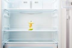 Πυρήνας της Apple στο ράφι του ανοικτού κενού ψυγείου Στοκ εικόνα με δικαίωμα ελεύθερης χρήσης