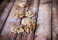 Πυρήνες ξύλων καρυδιάς στον αγροτικό παλαιό ξύλινο πίνακα Στοκ Φωτογραφία