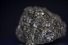 Πυρίτης ο ορυκτός Stone στο μαύρο υπόβαθρο στοκ εικόνες