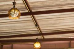 Πυρακτωμένοι λαμπτήρες σε έναν σύγχρονο καφέ Στοκ Φωτογραφία