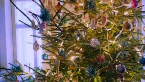 Πυρακτώσεις Christmastree μέσα στο του χωριού σπίτι απόθεμα βίντεο