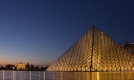 Πυραμίδα γυαλιού του ανοίγματος εξαερισμού τη νύχτα Στοκ φωτογραφία με δικαίωμα ελεύθερης χρήσης