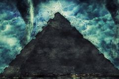 Πυραμίδα και η πέτρα Sphinx της Αιγύπτου στο platou Giza κατά τη διάρκεια της βαριών θύελλας, της βροχής και του φωτισμού στην Αί στοκ εικόνα με δικαίωμα ελεύθερης χρήσης