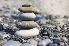 Πυραμίδα πετρών στην άμμο που συμβολίζει zen, αρμονία, ισορροπία στοκ εικόνα με δικαίωμα ελεύθερης χρήσης