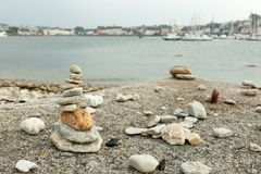 Πυραμίδα πετρών στην παραλία χαλικιών που συμβολίζει τη σταθερότητα, zen, αρμονία, ισορροπία πεδίο βάθους ρηχό Στοκ φωτογραφία με δικαίωμα ελεύθερης χρήσης