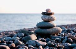 Πυραμίδα πετρών στην παραλία χαλικιών Στοκ Φωτογραφίες