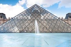 πυραμίδα του Παρισιού μουσείων ανοιγμάτων εξαερισμού της Γαλλίας Στοκ Εικόνες