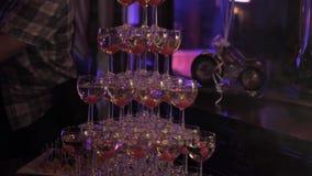 Πυραμίδα των γυαλιών κρασιού σε ένα κόμμα σε ένα νυχτερινό κέντρο διασκέδασης Εστιατόριο απόθεμα βίντεο