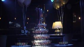 Πυραμίδα των γυαλιών κρασιού σε ένα κόμμα σε ένα νυχτερινό κέντρο διασκέδασης Εστιατόριο φιλμ μικρού μήκους